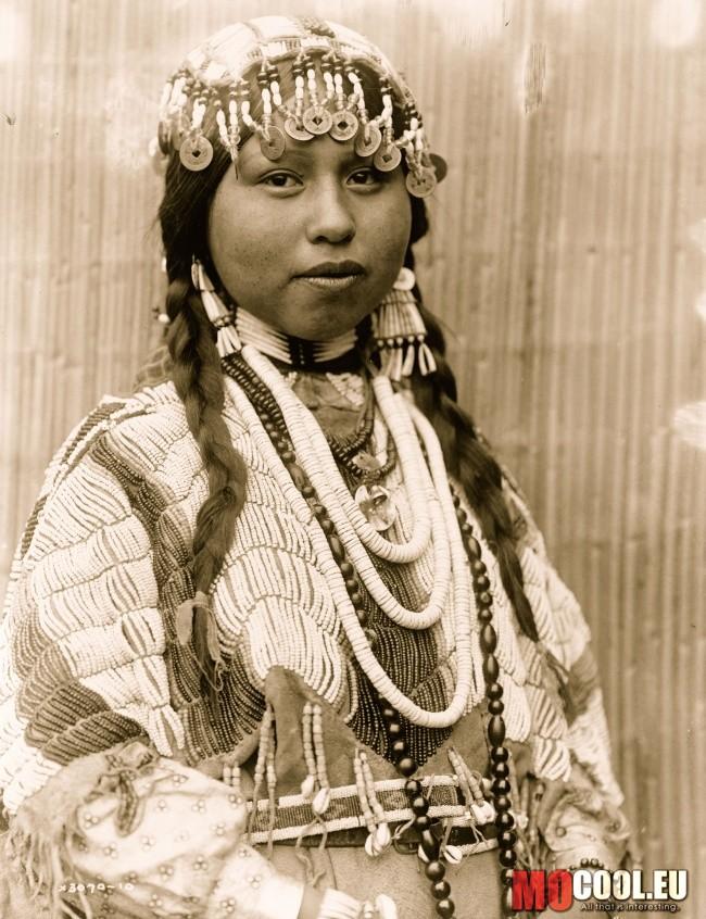 e982f20bc8 Egy lány az Észak-Amerikai Vishram törzsből és a hajában lévő díszek,  érmékből és gyümölcsök héjából készültek.